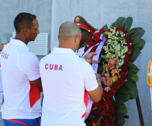 Miembros del equipo al Premier 12 en el acto en que fueron abanderados. (Foto: José L. Anaya).