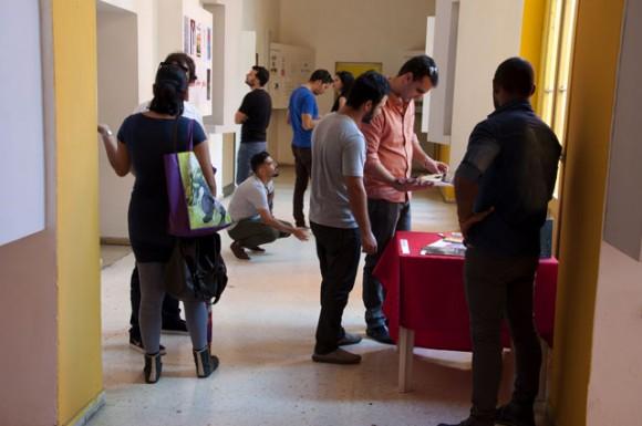 Durante el recorrido por la muestra de las obras. Foto. Roberto Garaicoa Martinez/ Cubadebate