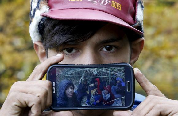 Akram de Herat, Afganistán: una foto de sus amigos en su viaje a Europa. Foto: Srdjan Zivulovic/ Reuters.