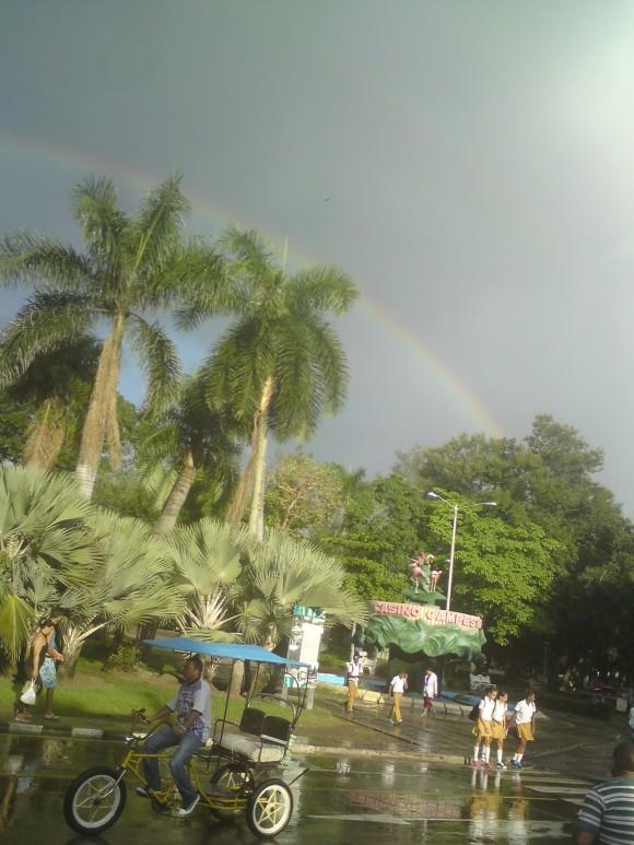 Arcoiris esobre el Casino Campestre de Camagüey. Foto: MsC. Gilberto González Alvarez, funcionario de Educación Provincial Camaguey / Cubadebate