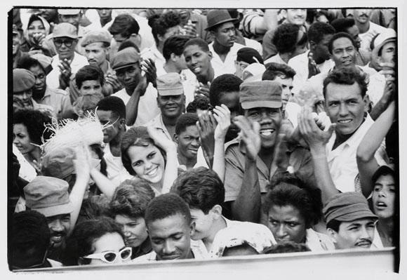 Asistentes al acto de celebración del cuarto aniversario de la Revolución cubana en una foto de Agnès Varda.