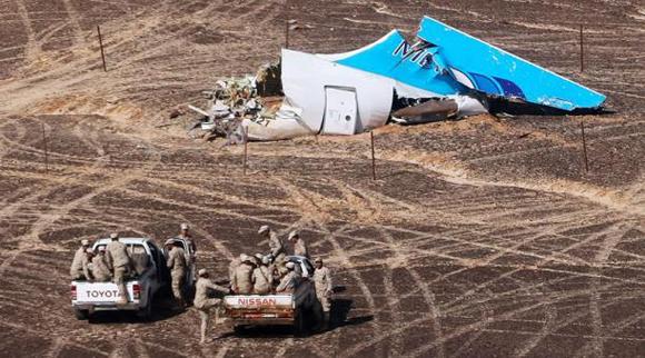 Investigadores rusos en el lugar donde se estrelló el avión ruso en el Sinaí en Egipto. Foto: AFP