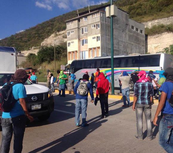 Pela entre estudiantes de Ayotzinapa y policía estatal.