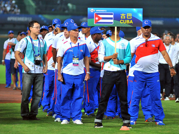 Delegación cubana en Premier 12, encabezada por el Comisionado Nacional, Higinio Vélez, y el DT de la selección, Víctor Mesa. Foto: Ricardo López Hevia.