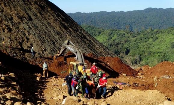 Fotografía facilitada por el MWD daily news donde se muestra un grupo de soldados que junto al equipo de rescate portan el cuerpo sin vida de un minero en Hpakant, Birmania.