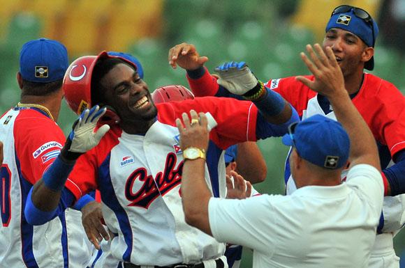 El equipo cubano celebra la ajustada victoria frente a Puerto Rico. Foto: Ricardo López Hevia.