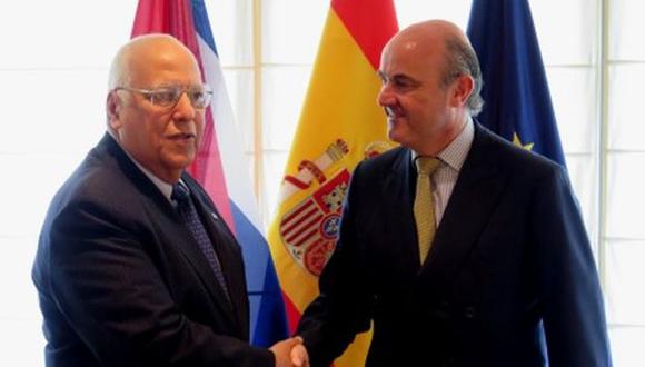 El ministro de Economía español, Luis de Guindos y el vicepresidente cubano Ricardo Cabrisas. (Foto: AFP)