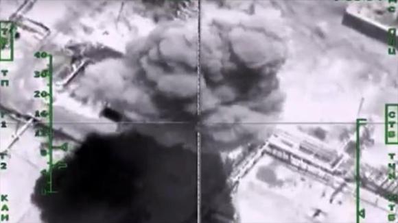 Captura de pantalla del vídeo de un ataque aéreo ruso contra depósitos de petróleo bajo control del Estado Islámico.