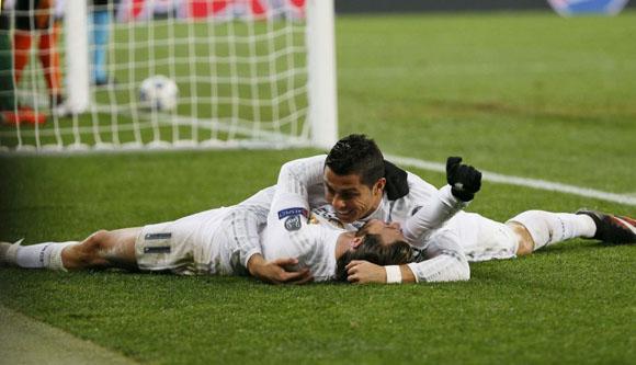 Cristiano Ronaldo y Gareth Bale celebran el segundo gol del portugués. Foto: Reuters.