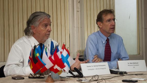 Excmo. Sr. Herman Portocarero y Sr. Alain Bothorel en conferencia de prensa. Foto: Raúl Fergo/Cubadebate