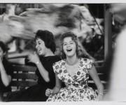 Dos chicas cubanas en una verbena retratadas por Agnès Varda.