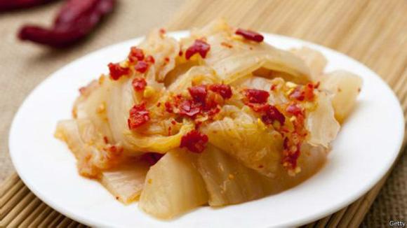 El kimchi de Corea del Norte es menos rojo y menos picante que la versión del mismo platillo de Corea del Sur. . Foto: Getty.