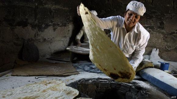 El proceso de elaboración del lavash incluye a mujeres de varias generaciones de una misma familia. Foto: AFP.