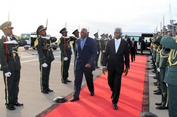 El vicepresidente del Consejo de Estado de Cuba, Salvador Valdés Mesa (izquierda), es recibido por el ministro angolano de Agricultura, Pedro Canga, en el aeropuerto internacional de Luanda. Foto: Prensa Latina