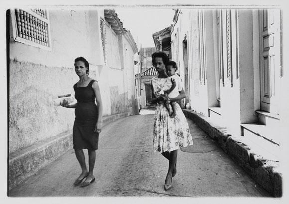 Escena callejera en Santiago de Cuba fotografiada en 1963 por Agnès Varda.