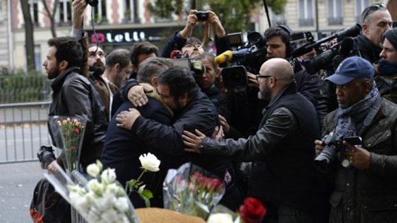 Escenas de dolor y homenaje a las puertas del Bataclan en la mañana del sábado.  Foto: AFP