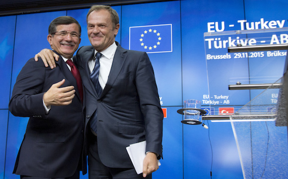 El presidente del Consejo Europeo, Donald Tusk se reunió con el Primer Ministro de Turquía Ahmet Davutoglu en una cumbre extraordinaria celebrada en Bruselas.  Foto: Virginia Mayo/ AP