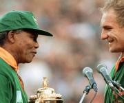 Francois Pienaar, capitán de los Springboks, recibió el trofeo Webb Ellis de la mano de Nelson Mandela tras vencer a Nueva Zelanda en la final del mundial de rugby en 1995. Foto: AFP