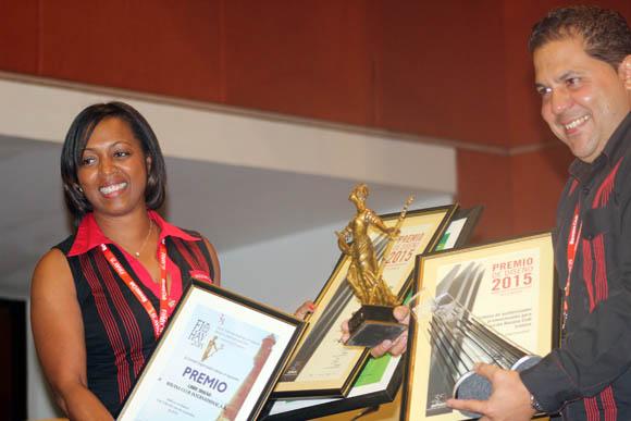 Los representantes de Havana Club reciben su premio en FIHAV-2015. Foto: José Raúl Concepción/Cubadebate