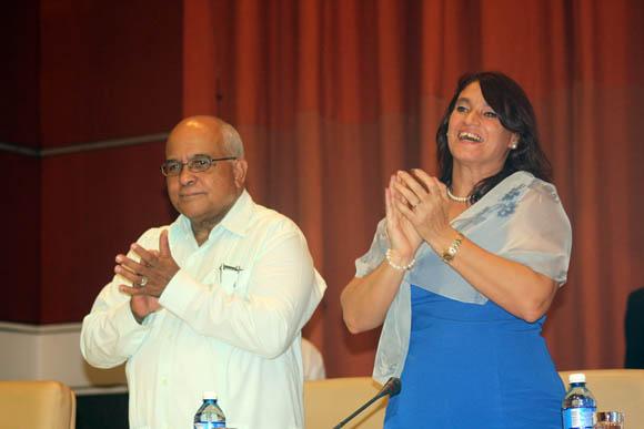Orlando Hernández Guillén, presidente de la Cámara de Comercio de Cuba y Ana Teresa Igarza directora general de la Oficina de ZEDM. Foto: José Raúl Concepción/Cubadebate.