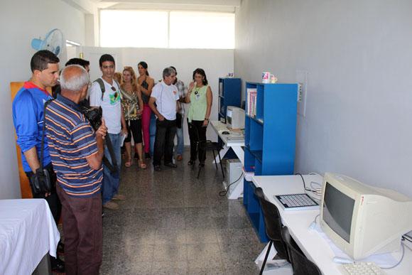 Especialistas del Centro muestran el laboratorio a la prensa. Foto: José Raúl Concepción/Cubadebate.