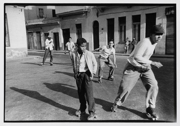 Jóvenes patinando en las cercanías del puerto de La Habana retratados por Agnès Varda.