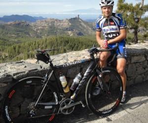 Imagen del ciclista austríaco en la cima del Pico de las Nieves. Foto tomada de tanitacommunity.wordpress.com