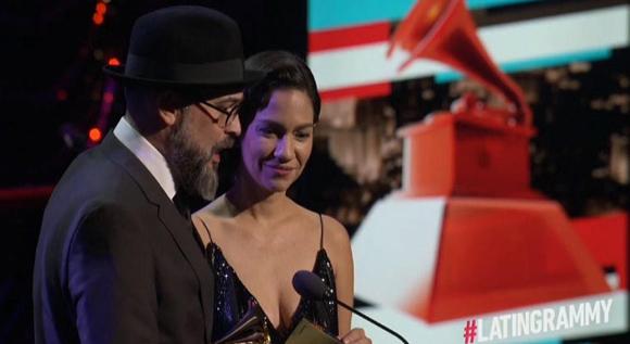 Kacho Lopez Mari y Tristana Robles en ceremonia de Grammy Latino. Foto tomada de El Nuevo Día.