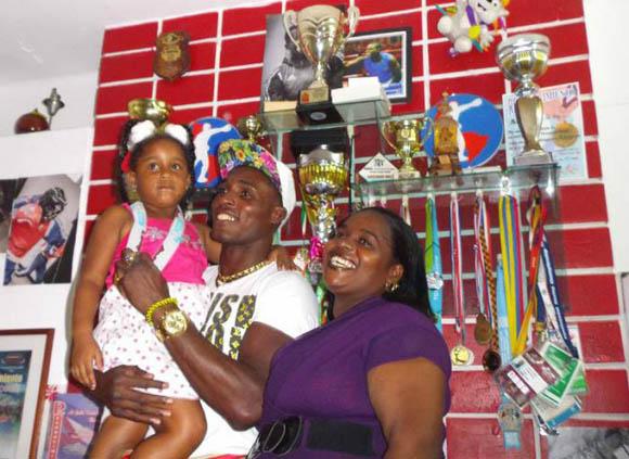 La Cruz, junto a su hija y a su madre, dos de sus principales motivaciones en el deporte y en la vida. Foto Miguel Febles Hernández