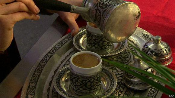 La hospitalidad y el entretenimiento forman parte de la experiencia de beber el café turco. Foto: BBC.