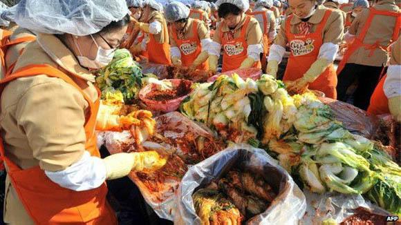 La preparación del kimchi sigue un ciclo de un año y las personas se reúnen para hacerlo y para que dure durante el invierno. Foto: AFP.