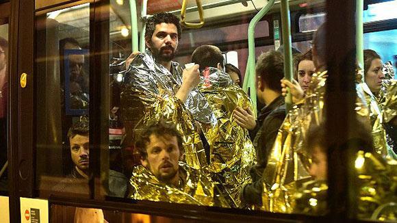 Los sobrevivientes del teatro fueron evacuados con mantas térmicas, muchos en estado de shock. Foto: EPA