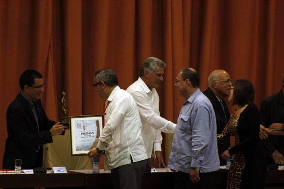 Los representantes de Venezuela reciben su premio y son felicitados por su vicepresidente ejecutivo, Jorge Arreaza y el vicepresidente cubano, Miguel Díaz-Canel. Foto: José Raúl Concepción/Cubadebate