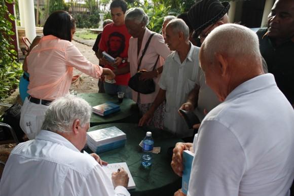 August firmó varios ejemplares a los asistentes. Foto: José Raúl Concepción/Cubadebate.