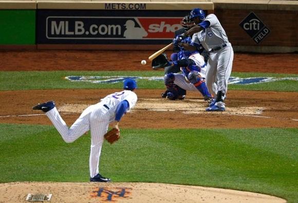 EL JUGADOR de los Reales de Kansas City Lorenzo Cain conecta un imparable remolcador de una carrera en el sexto episodio del cuarto partido de la Serie Mundial frente a los Mets de Nueva York el sábado en el Citi Field.