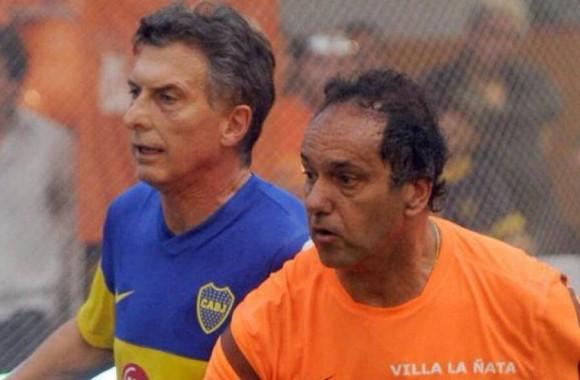 Scioli (D) y Macri (I) jugando fútbol de salón en Mar del Plata años atrás.
