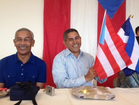 Manuel J. Colón, Profesor UASD y el Jurista y escritor, Alfonso Torres Ulloa, Presidente de la Campaña Dominicana de Solidaridad con Cuba, reciben los símbolos de las tres naciones caribeñas.
