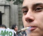 Un joven fuma marihuana hoy, miércoles 28 de octubre de 2015, en las afueras de la Suprema Corte de Justicia de la Nación, en Ciudad de México (México). La Suprema Corte de Justicia de la Nación de México (SCJN) pospuso para la próxima semana el debate del proyecto de sentencia favorable al cultivo y consumo personal de la marihuana con fines lúdicos y recreativos. EFE/Mario Guzmán