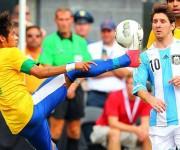 Neymar y Messi, compañeros en el FC Barcelona, son las figuras más importantes de la actualidad de estas selecciones. Foto: AP.