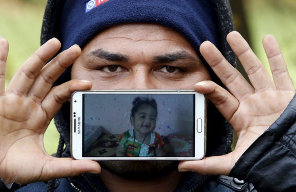 Nazar de Madina de Basora, Irak: una foto de su hija Shehed. Foto: Srdjan Zivulovic/ Reuters.