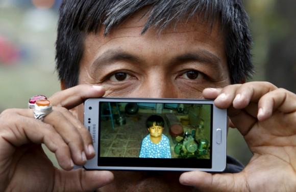 Neemad de Jaghori, Afganistán: una foto de su hijo Nuriee. Foto: Srdjan Zivulovic/ Reuters.