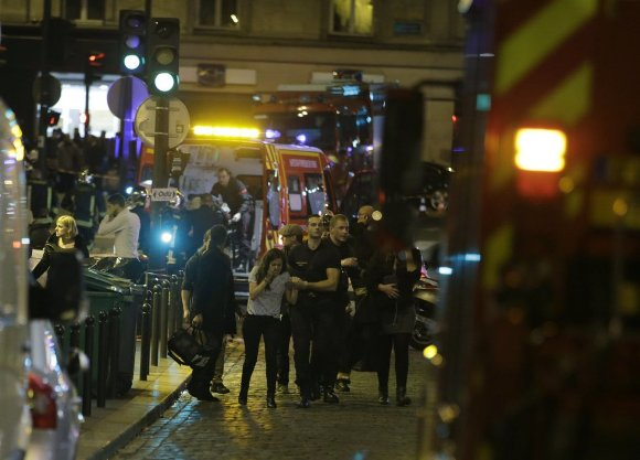 Policía de París avacúa a personas tras los atentados. Foto: AFP.