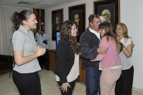 Con sus hijas y Elizabeth, a su arribo a Cuba el 17 de diciembre del 2014. Foto: Estudio Revolución.