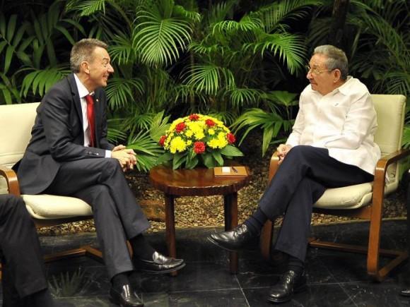 Raúl recibe a presidente de la cruz roja