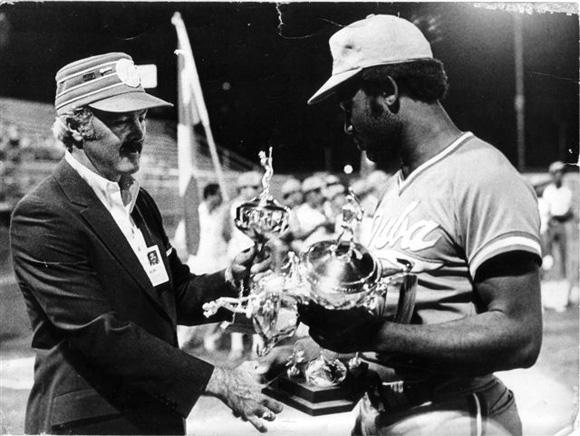 Casanova, recibiendo la Triple Corona (Edmonton, 1981)