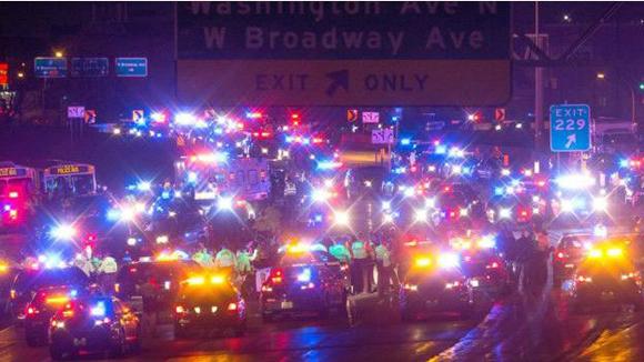 Una de las principales autopistas de la ciudad fue cerrada por las protestas. Foto: AP