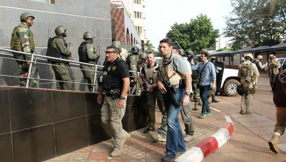 Personal militar francés permanece frente al hotel atacado por yihadistas, en Bamako, Malí. Foto: Xinhua.
