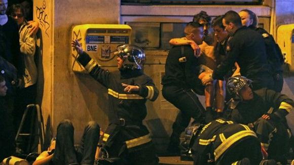 Bomberos y equipos de emergencia fueron desplegados a las afueras de la sala de conciertos Bataclan donde hubo una toma de rehenes. Foto: AP.