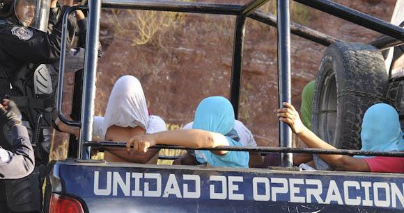 Enfretamiento entre estudiantes normalistas y policía estatal. Foto: @jraullinares