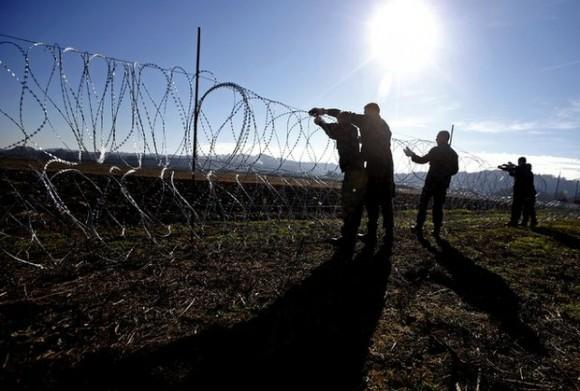 Soldados eslovenos colocan una valla metálica en la localidad de Gibina. Foto: Reuters